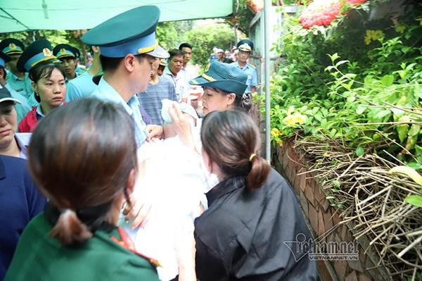 Xã ven đô Hà Nội nghẹn ngào tiễn đưa Thiếu tá phi công về đất mẹ-11