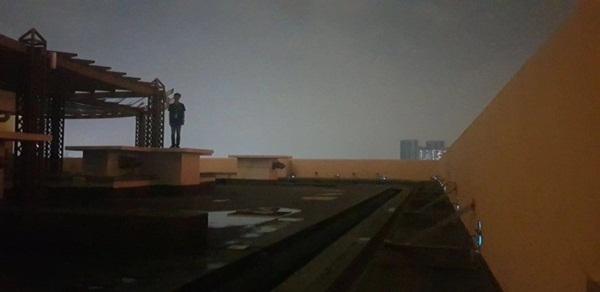 Xôn xao người đàn ông đứng trên sân thượng sắp nhảy lầu tự tử nhưng câu chuyện đằng sau lại hoàn toàn không như mọi người nghĩ-3