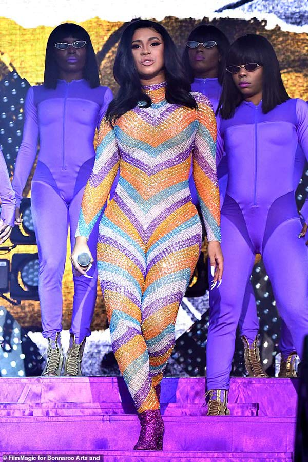 Nữ rapper phồn thực bị sự cố thời trang bục quần trước ngàn người vẫn tỉnh bơ-1