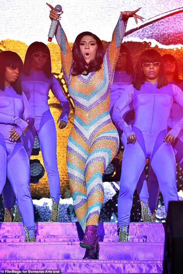 Nữ rapper phồn thực bị sự cố thời trang bục quần trước ngàn người vẫn tỉnh bơ-2