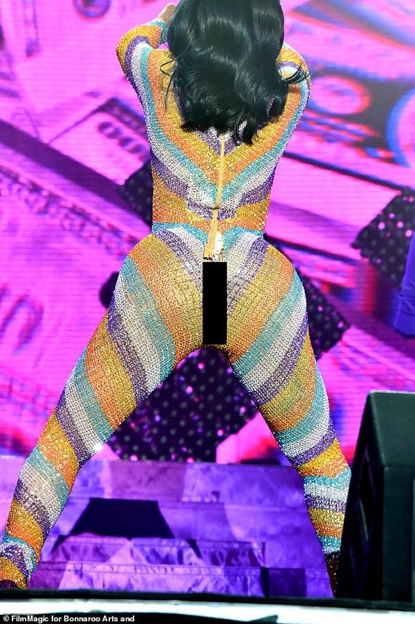 Nữ rapper phồn thực bị sự cố thời trang bục quần trước ngàn người vẫn tỉnh bơ-3