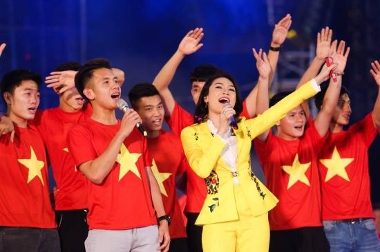 Mặc váy thì thường xuyên lọt top sao xấu, chứ cứ diện vest là Mỹ Tâm đẹp chấp cả dàn mỹ nhân Việt-5