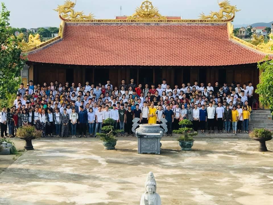 Giáo viên trường nhà người ta: Tổ chức cho toàn bộ học sinh khối 12 lên chùa cầu nguyện trước khi thi THPT Quốc gia-1