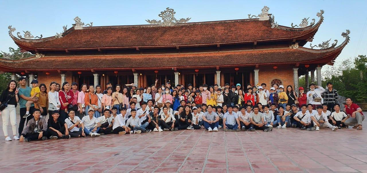 Giáo viên trường nhà người ta: Tổ chức cho toàn bộ học sinh khối 12 lên chùa cầu nguyện trước khi thi THPT Quốc gia-2