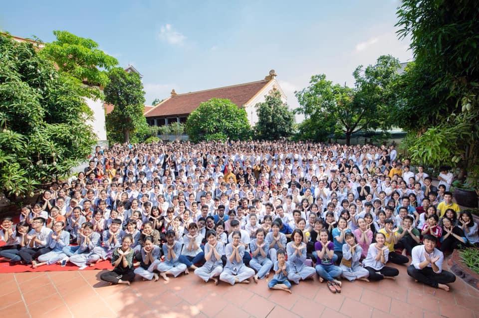 Giáo viên trường nhà người ta: Tổ chức cho toàn bộ học sinh khối 12 lên chùa cầu nguyện trước khi thi THPT Quốc gia-3