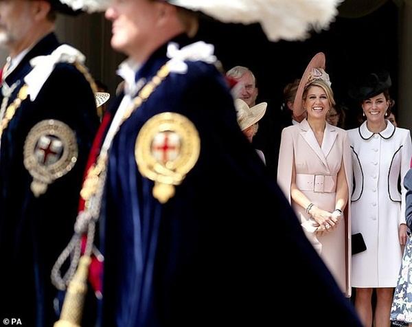 Cuộc đọ sắc có 1-0-2: Ba biểu tượng sắc đẹp của hoàng gia thế giới xuất hiện cùng nhau, Công nương Kate kém sắc nhất, chịu lép vế trước U50-8