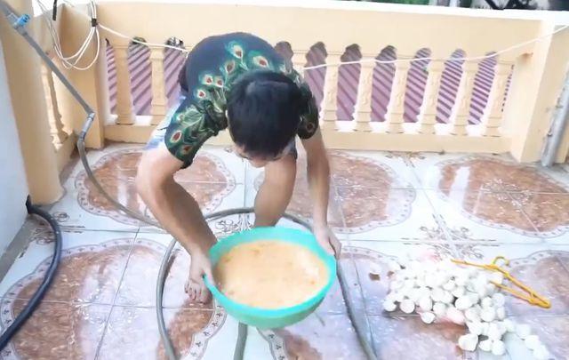 """Youtuber Việt gây phẫn nộ khi... đổ 200 quả trứng sống lên đầu mẹ để quay video câu view""""-1"""