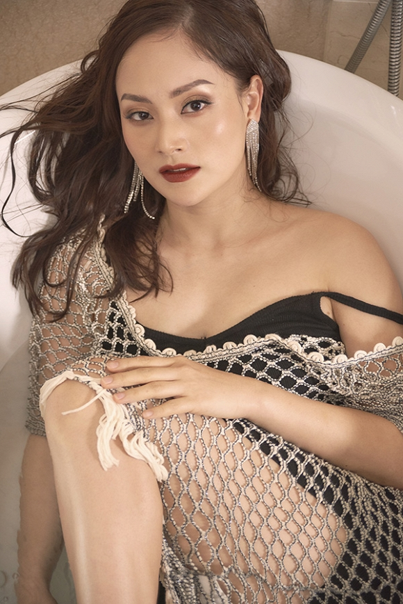 Không kém chị nhường em, Lan Phương chính thức nhập hội mĩ nữ yêu kiều trong phòng tắm-10