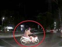 Quay đầu khi gặp CSGT, xe máy suýt gây họa cho ôtô