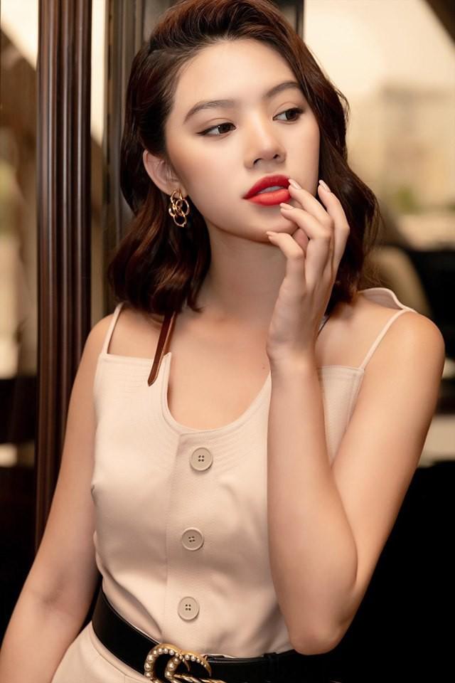 Chân dung Hoa hậu Việt lộ ảnh thân mật với cầu thủ ngoại hạng Anh nổi tiếng giá 450 tỷ-8