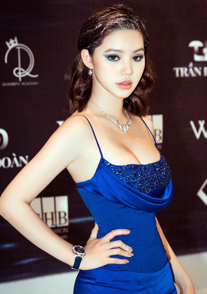 Chân dung Hoa hậu Việt lộ ảnh thân mật với cầu thủ ngoại hạng Anh nổi tiếng giá 450 tỷ-5