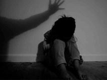 Gã ấu dâm dùng 'thuyết người ngoài hành tinh' để lạm dụng đứa trẻ 12 tuổi, quan hệ với cả bố lẫn mẹ em nhằm có cớ bắt cóc cô bé