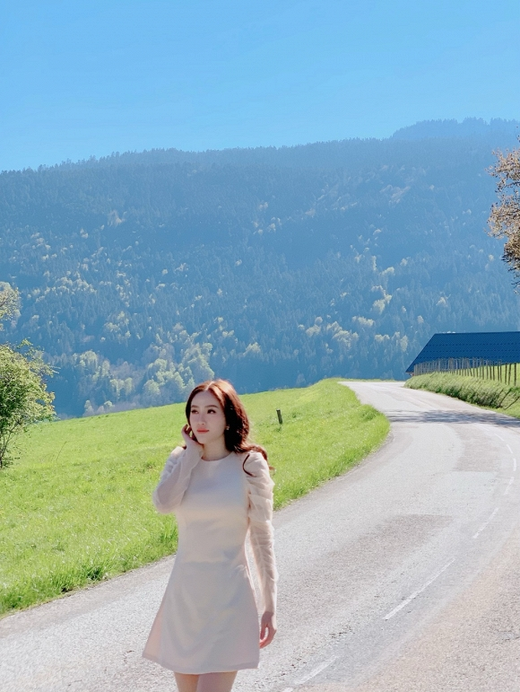 Bảo Thy ngồi viết thư tay giữa làng quê châu Âu tuyệt đẹp-3