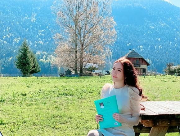 Bảo Thy ngồi viết thư tay giữa làng quê châu Âu tuyệt đẹp-10