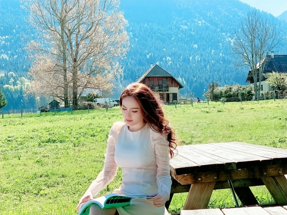 Bảo Thy ngồi viết thư tay giữa làng quê châu Âu tuyệt đẹp-9