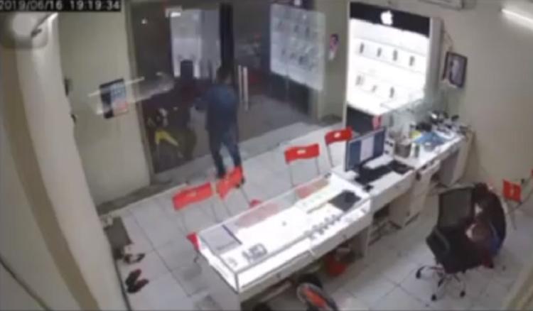 Gã thanh niên bịt mặt bất ngờ lao vào chém kinh hoàng chủ tiệm điện thoại rồi tẩu thoát-2