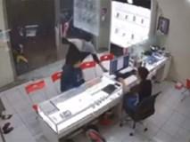 Gã thanh niên bịt mặt bất ngờ lao vào chém kinh hoàng chủ tiệm điện thoại rồi tẩu thoát