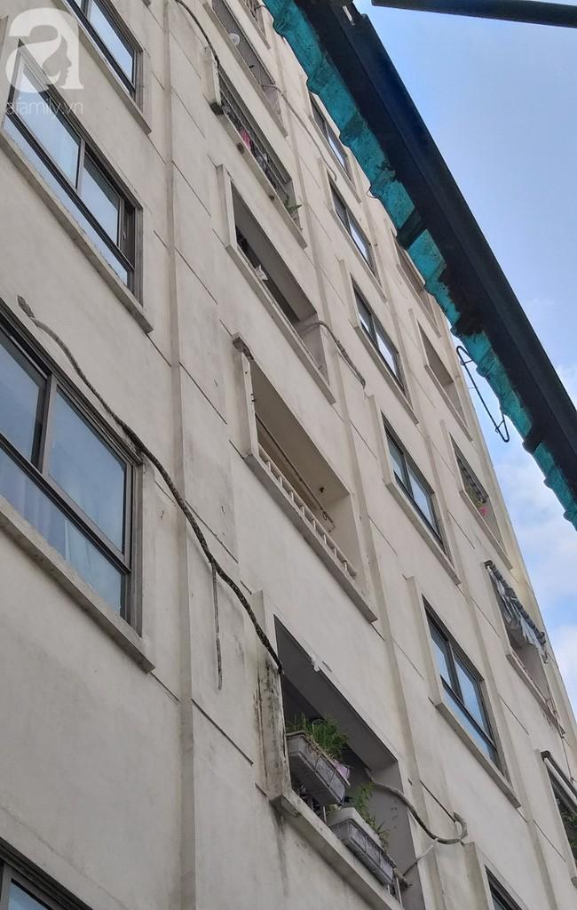 Hiểm họa chết người rình rập trẻ em sau những ban công chung cư ở Sài Gòn-1