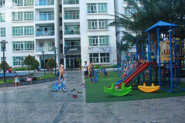 Hiểm họa chết người rình rập trẻ em sau những ban công chung cư ở Sài Gòn-3