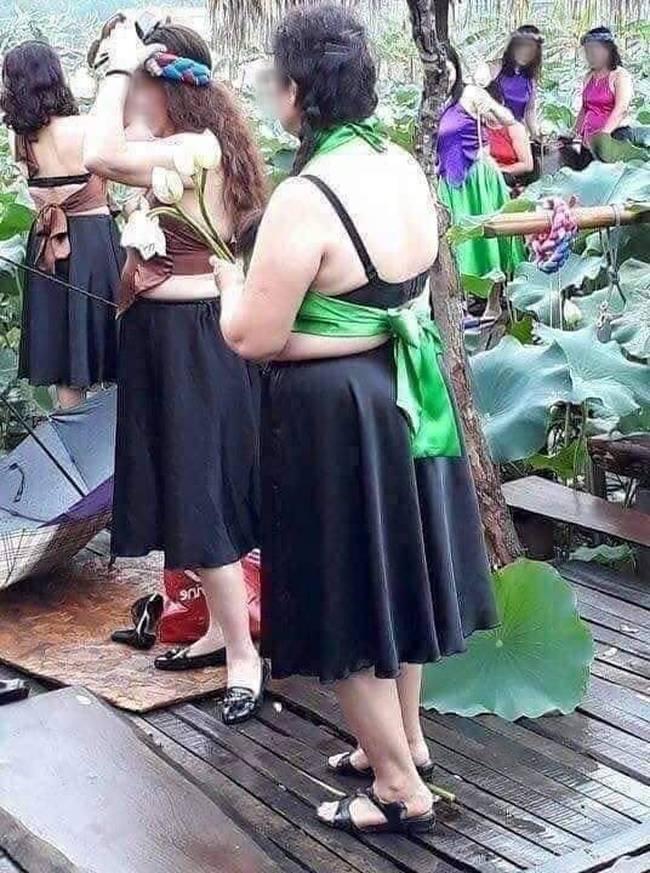 Thêm một bà cô cởi trần, ngực xệ ôm chiếc lu khiến dân mạng tiếp tục hoảng hốt về một mùa sen ở Hà Nội - ảnh 1