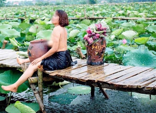 Thêm một bà cô cởi trần, ngực xệ ôm chiếc lu khiến dân mạng tiếp tục hoảng hốt về một mùa sen ở Hà Nội - ảnh 2