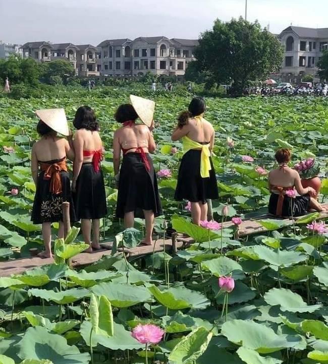 Thêm một bà cô cởi trần, ngực xệ ôm chiếc lu khiến dân mạng tiếp tục hoảng hốt về một mùa sen ở Hà Nội - ảnh 3