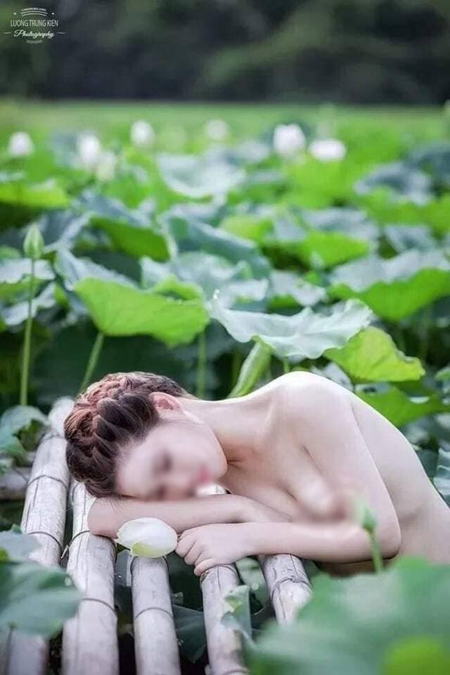 Thêm một bà cô cởi trần, ngực xệ ôm chiếc lu khiến dân mạng tiếp tục hoảng hốt về một mùa sen ở Hà Nội - ảnh 4