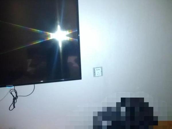 Thuê phòng khách sạn, cặp đôi phát hiện camera ẩn trong ổ điện 5 chấu nhưng lời giải thích của nhân viên lại gây rùng mình hơn cả-2
