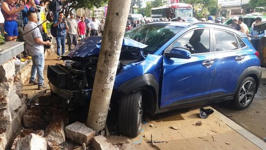 Xe điên tông liên hoàn nhiều xe đang dừng đèn đỏ-2