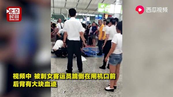 Đến muộn rồi không được lên tàu, nữ hành khách rút dao ra xả giận khiến cả nhà ga náo loạn-2