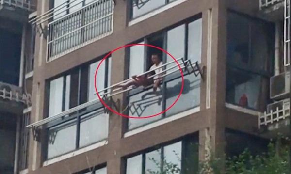 Sốc: Bất chấp tính mạng, bố buộc con gái vào giàn phơi ngoài ban công tầng 5 để phạt lỗi-1