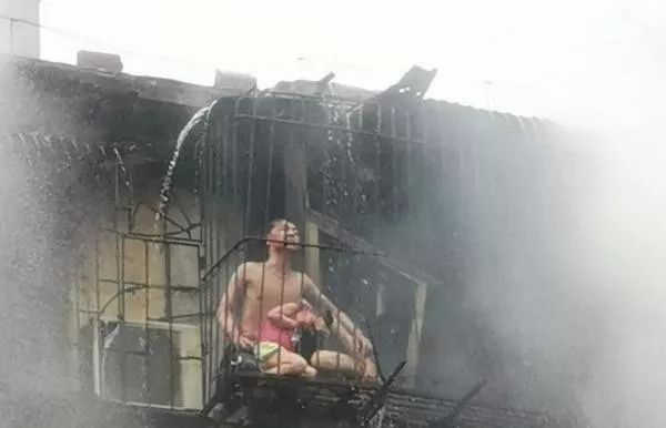 Người mẹ qua đời vì cứu con trong trận hỏa hoạn, nhưng hình ảnh sau khi đám cháy được dập tắt mới khiến mọi người ám ảnh-4