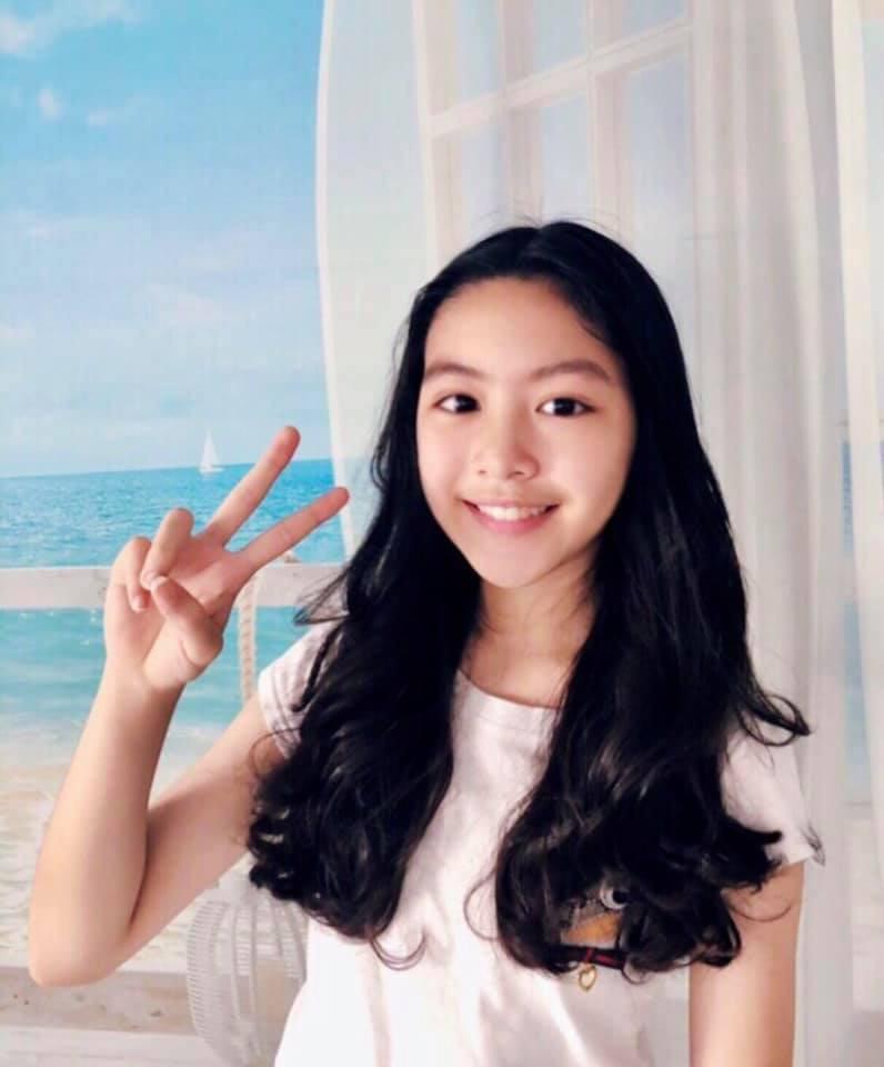 """Cô con gái lớn xinh như Hoa hậu của MC Quyền Linh gây trầm trồ khi tự cắt tóc và uốn xoăn đẹp chuẩn salon""""-1"""