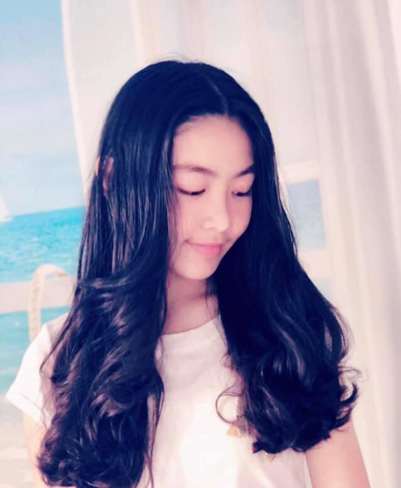 """Cô con gái lớn xinh như Hoa hậu của MC Quyền Linh gây trầm trồ khi tự cắt tóc và uốn xoăn đẹp chuẩn salon""""-2"""