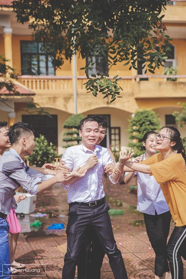 Khơi mào màn ném bóng nước với học sinh, thầy bí thư bị ném lại không trượt phát nào trong buổi học cuối cùng-1