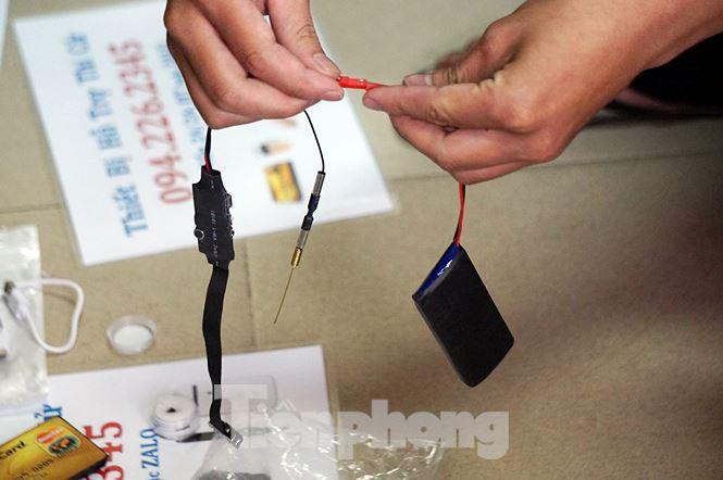 Bắt đường dây cung cấp tai nghe siêu nhỏ phục vụ gian lận thi cử-9