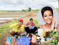 H'Hen Niê lại gây chú ý với hình ảnh đi dép tổ ong, ngồi bờ ruộng ăn cơm trưa