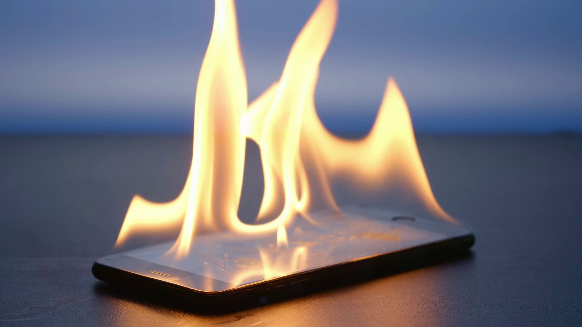 Dùng điện thoại ngoài trời nắng 40 độ có gây hại, thậm chí tai nạn cháy nổ hay không?-1