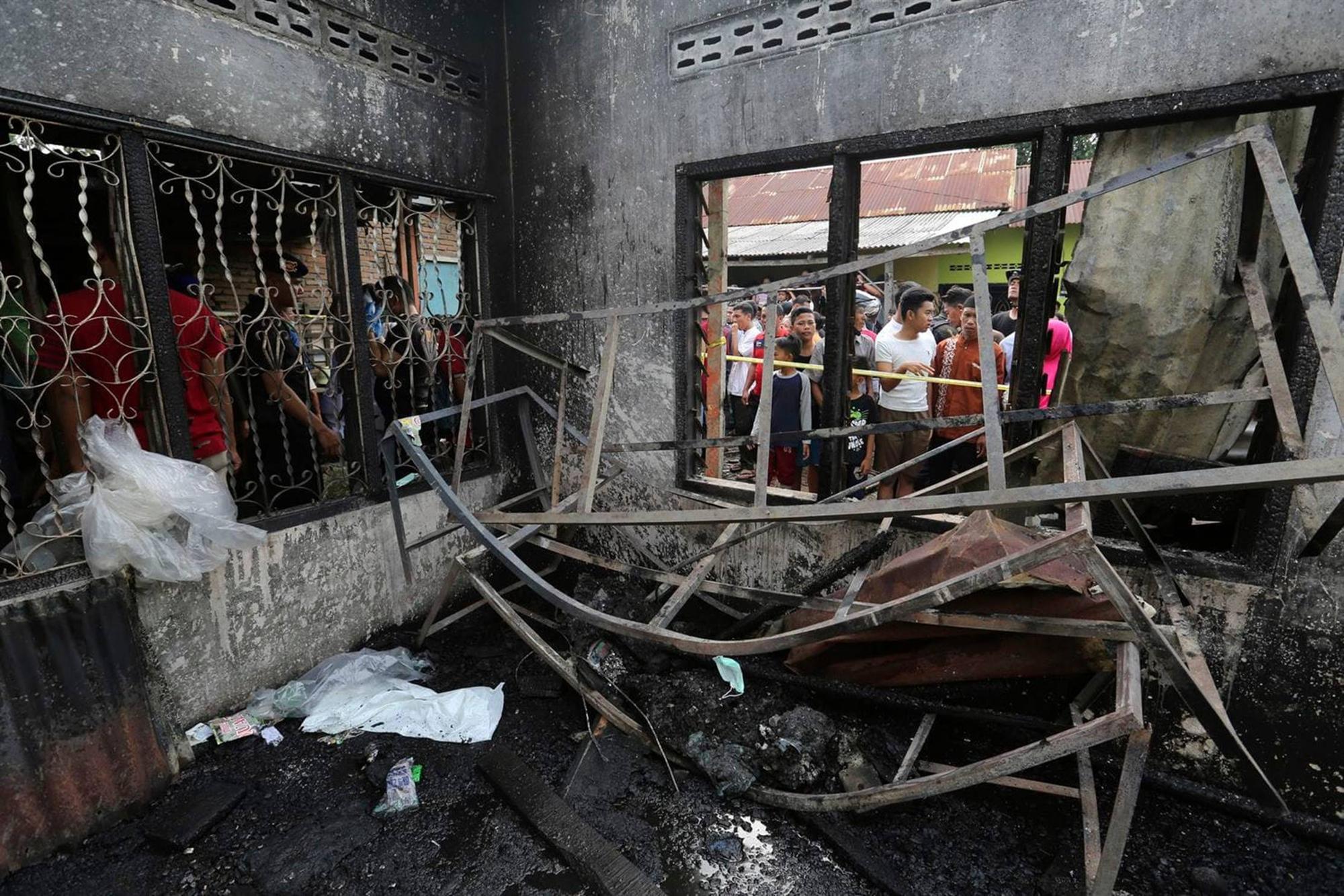 Nóng: Cháy xưởng sản xuất diêm ở Indonesia khiến ít nhất 30 người thiệt mạng, trong đó có 3 trẻ em, hiện trường hỏa hoạn gây ám ảnh-2