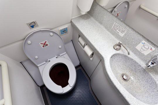 Phát hiện toilet máy bay bị tắc, nhân viên vệ sinh rùng mình lôi lên một thai nhi bị vứt bỏ, cả chuyến bay bị hủy để điều tra-2