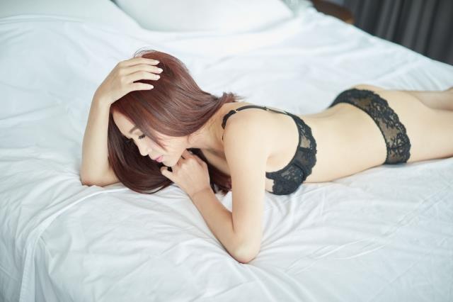 Đát Kỷ Ôn Bích Hà chụp ảnh bán nude ở tuổi 53-3