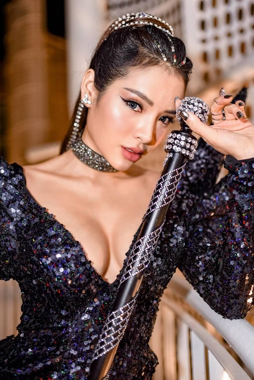 Phương Trinh Jolie lả lơi khoe ngực đầy, thách thức mọi giới hạn sexy-5