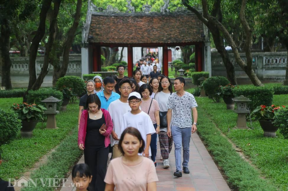 Kỳ thi THPT Quốc gia 2019: Sĩ tử chen nhau thắp hương ở Văn Miếu-1