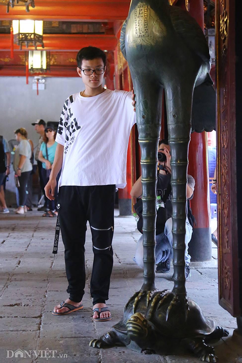 Kỳ thi THPT Quốc gia 2019: Sĩ tử chen nhau thắp hương ở Văn Miếu-10