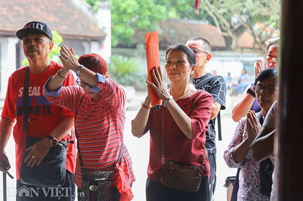 Kỳ thi THPT Quốc gia 2019: Sĩ tử chen nhau thắp hương ở Văn Miếu-8