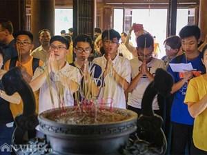 Kỳ thi THPT Quốc gia 2019: Sĩ tử chen nhau thắp hương ở Văn Miếu
