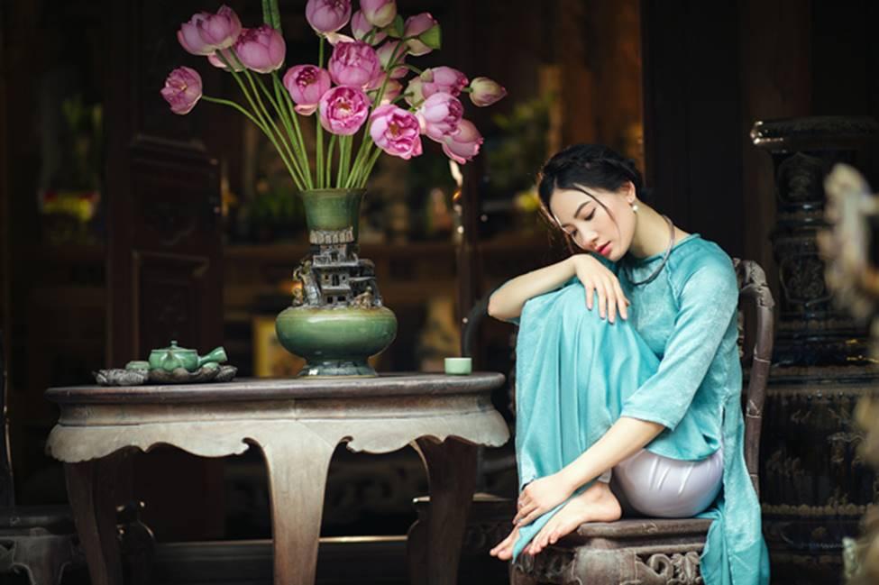 Diện áo dài chụp ảnh cùng sen, thiếu nữ Hà thành đẹp như một bức tranh-10