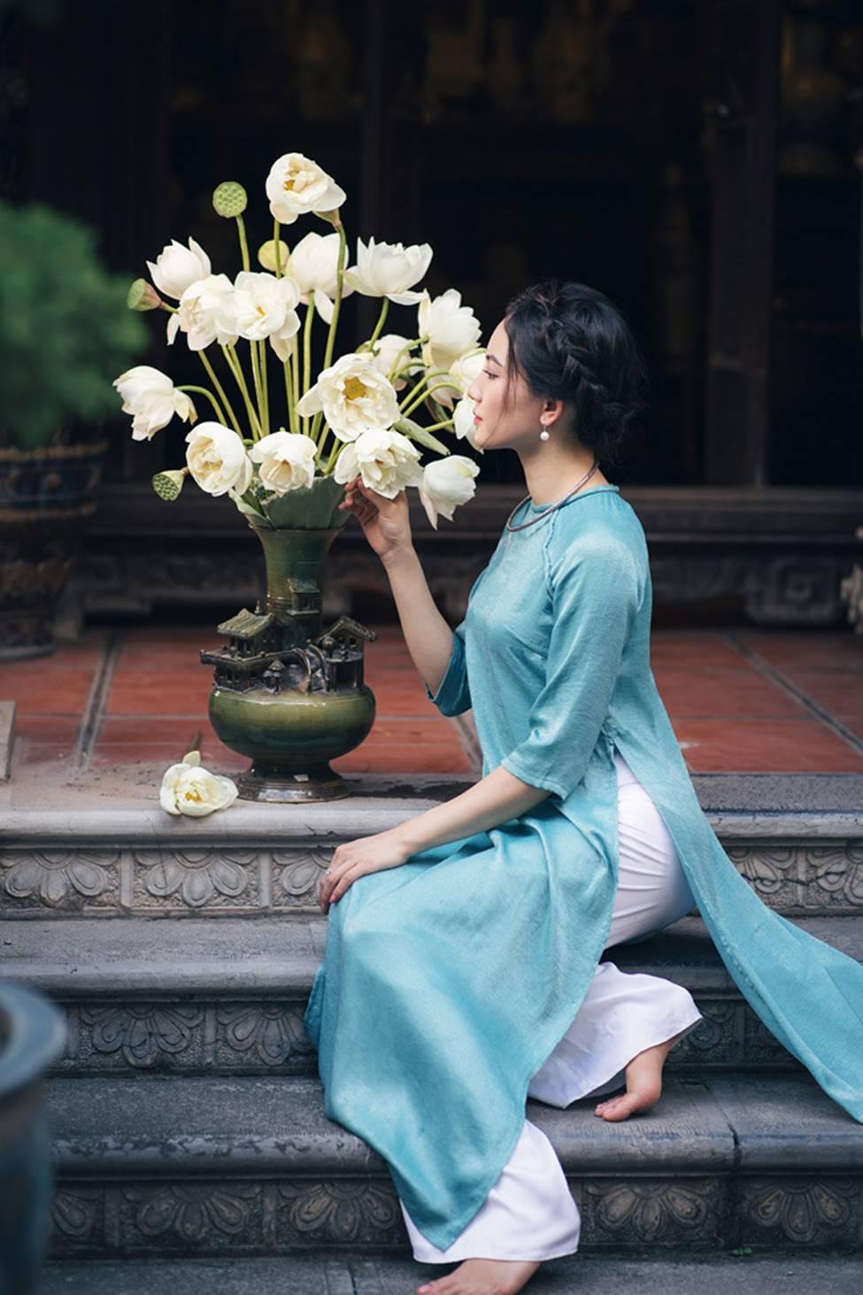 Diện áo dài chụp ảnh cùng sen, thiếu nữ Hà thành đẹp như một bức tranh-6