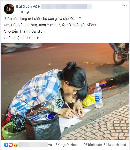 Khoảnh khắc người mẹ dạy con học bài bên vỉa hè giữa Sài Gòn náo nhiệt khiến dân mạng xúc động mạnh-1