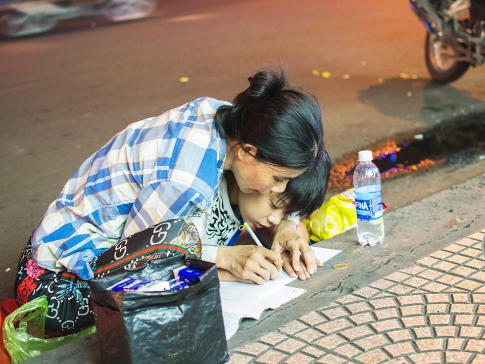 Khoảnh khắc người mẹ dạy con học bài bên vỉa hè giữa Sài Gòn náo nhiệt khiến dân mạng xúc động mạnh-2